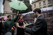 Happnening Jak pomoci českým lesům, který organizovalo Hnutí Duha před Úřadem vlády v Praze, proběhlo 13. června.