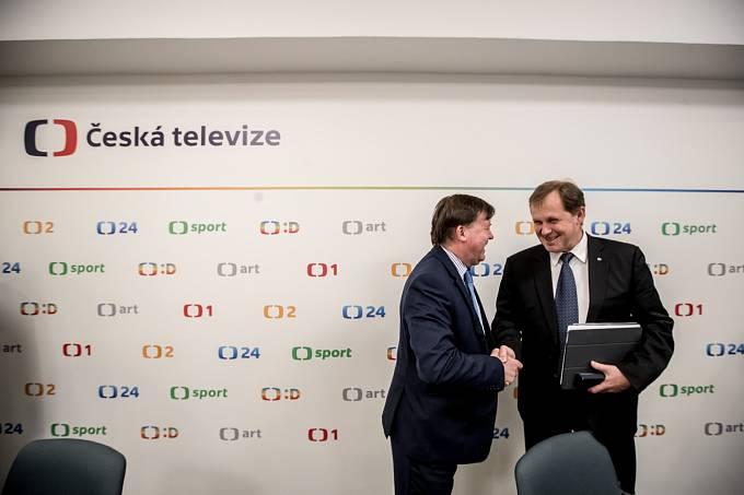 Rada ČT volila ředitele České televize. Zvolen byl Petr Dvořák, na snímku s předsedou rady Janem Bednářem.