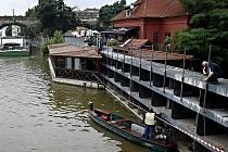 Z důvodů zvýšené hladiny Vltavy a jejího prvního povodňového stupně byla v pátek 6. srpna 2010 zavřena protipovodňová vrata na Čertovce v Praze.