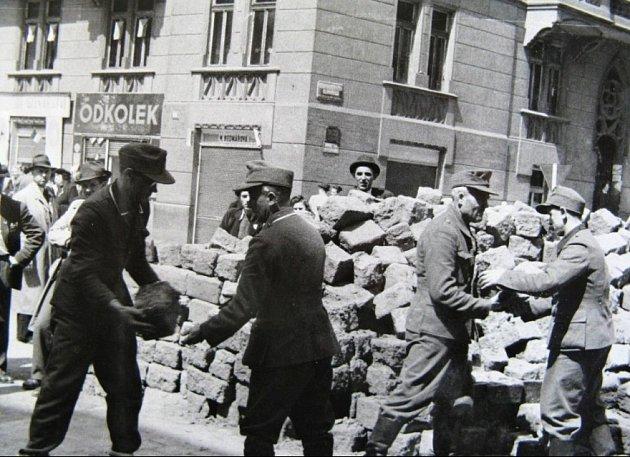 Stavění barikád během Pražského povstání.