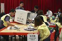 Sčítání hlasů v jedné z volebních místností v Hongkongu na snímku z 24. listopadu 2019