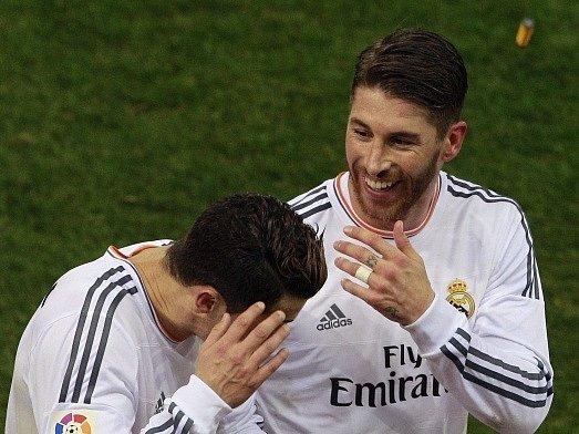 Cristiano Ronaldo dostal do hlavy zapalovačem, vpravo spoluhráč Ramos.
