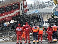 Jeřáb zvedá vagón po srážce s autobusem u Polomky na Slovensku.
