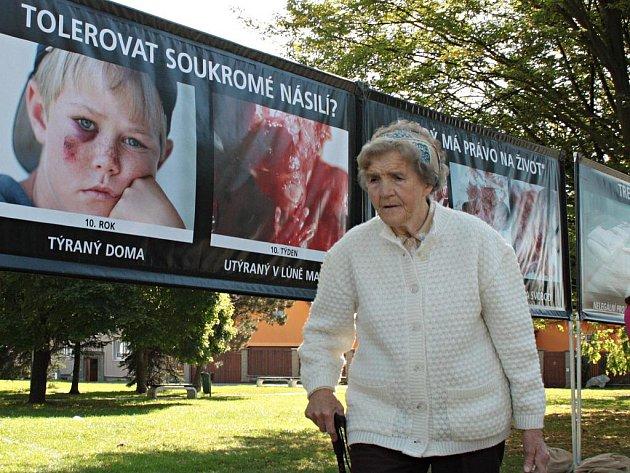 Občanské sdružení Stop genocidě ve spolupráci s římskokatolickou farností uspořádalo ve čtvrtek 29. září 2011 u gymnázia v Tachově výstavu kontroverzních fotografií obětí umělých potratů.