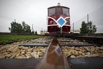 Úzkorozchodnou železnicí se lidé svezou z Jindřichova Hradce do Nové Bystřice.
