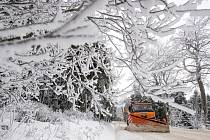 Sypač, sníh na silnici, námraza - ilustrační foto.