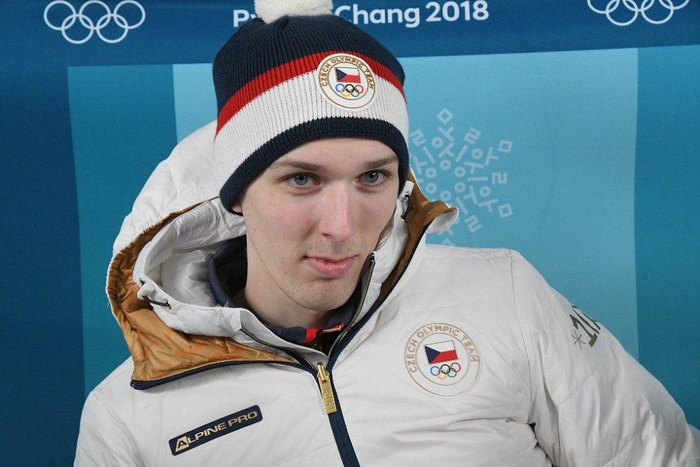 Přilba českých skokanů na lyžích má barvu čepice Jiřího Rašky. Vojtěch Štursa