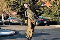 ŽIVOT JE KRÁSNÝ. Carlu Allanovi (Jim Carrey) začíná jiná existence. Stačí říct YES...