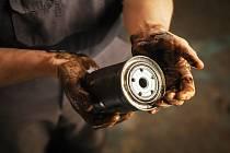 Zdraví škodlivý olej na rukou. Ilustrační foto.