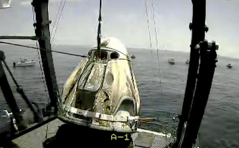 Kosmická loď Dragon Crew přistála v Mexickém zálivu.