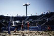 Čeští plážoví volejbalisté (zleva) Ondřej Perušič a David Schweiner a Rusové Oleg Stojanovskij a Vjačeslav Krasilnikov v utkání základní skupiny na LOH v Tokiu.