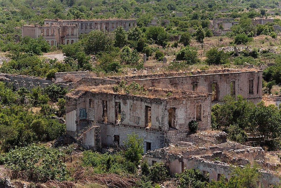 Město Agdam patří mezi ta města duchů, jejichž úpadek způsobila válka. Konkrétně dlouhá léta se tahající konflikt o Náhorní Karabach.