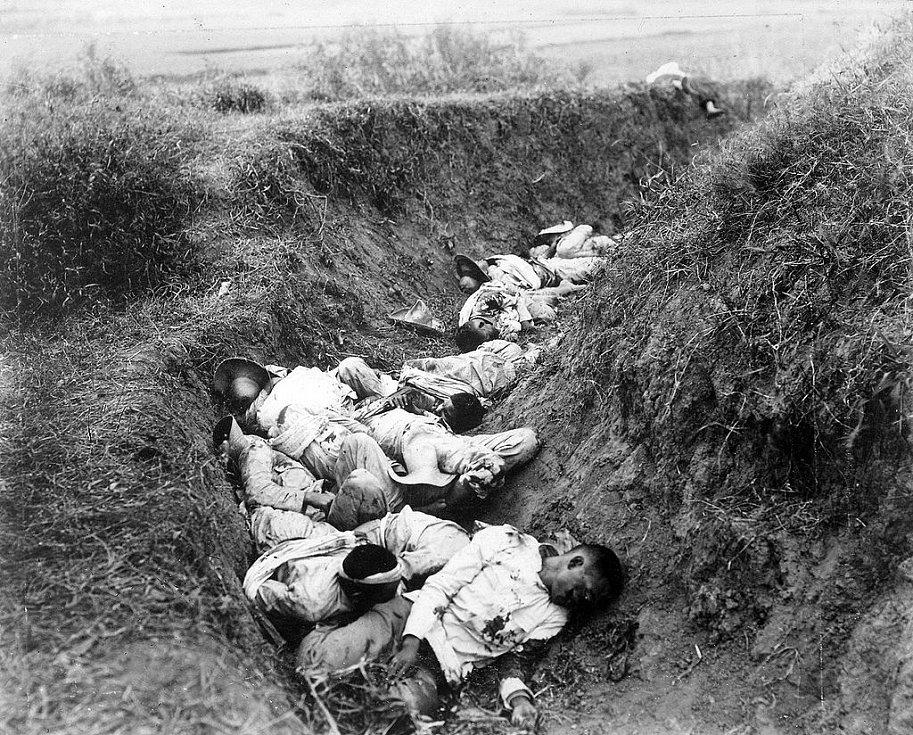 Padlí filipínští povstalci v příkopu poblíž Santa Any 5. února 1945