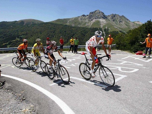 Juan Mauricio Soler Hernandez (v puntíkovaném) vede skupinku jezdců na Col d'Aubisque.