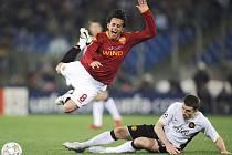 Alberto Aquilani z AS Řím je faulován Michaelem Carrickem.