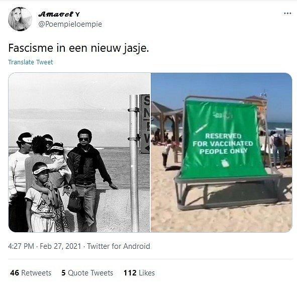 """Fotografie reklamních stojanů v podobě lehátek, ukazujícími nápis """"Zadáno jen pro očkované"""", se v sociálních sítích začala sdílet s odkazy na někdejší segregaci v Jihoafrické republice"""
