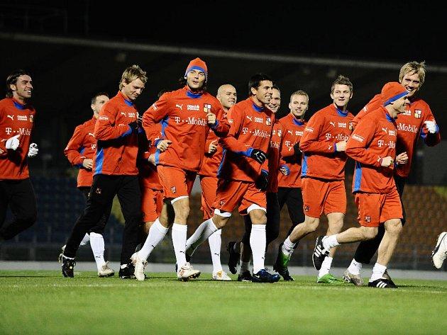 Čeští fotbalisté zbrojí na San Marino. Nálada v týmu byla na úterním tréninku opravdu skvělá. Na snímku zleva klušou Grygera, Pospěch, Rajnoch, Jankulovski, Bednář, Baroš, Polák, Kadlec, Necid, Jarolím a Kováč.