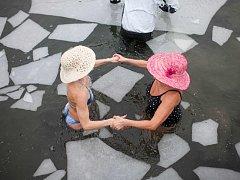 Recesisté v Měníku na Královéhradecku otevřeli 9. ledna Pláž Járy Cimrmana a současně zahájili plážovou sezonu na Novobydžovsku a Chlumecku. Začátek sezony si nenechala ujít zhruba stovka lidí, do ledové vody se vydalo šest z nich.