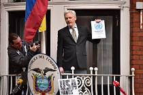Assange na balkóně ekvádorské ambasády