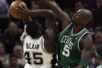 Bostonský Kevin Garnett (v zeleném) brání DeJuana Blaira ze San Antonia.