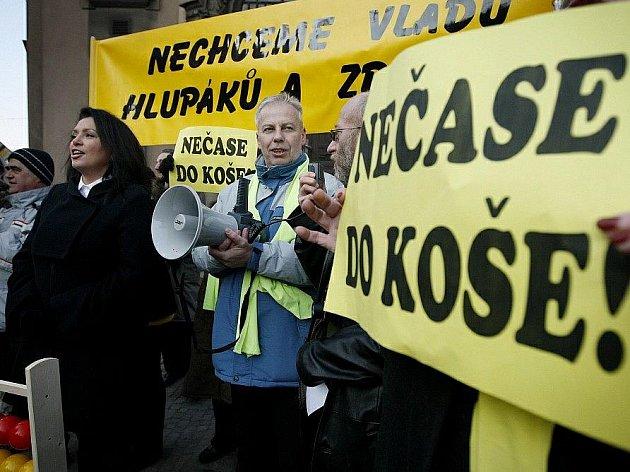 Představitelé Suverenity – bloku Jany Bobošíkové (SBB) demonstrovali 9. března v Praze před Úřadem vlády proti zvýšení DPH.