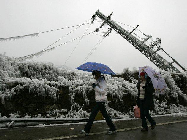 Zborcené elektrické sloupy v Číně se počítají na tisíce. Některá města jsou potmě už více než deset dní.