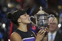 Kanadská tenistka Bianca Andreescuová líbá trofej pro vítězku dvouhry na US Open