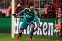 Brankář Arsenalu Petr Čech měl proti Bayernu Mnichov plné ruce práce.