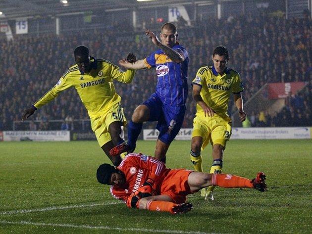 Brankář Chelsea Petr Čech (v oranžovém) zasahuje proti Shrewbury.