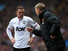 Hvězda Manchesteru United Wayne Rooney (vlevo) poslouchá instrukce trenéra Davida Moyese.