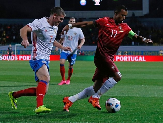 Igor Denisov z Ruska (vlevo) proti Portugalsku.