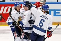 Hokejisté Finska se radují z gólu.