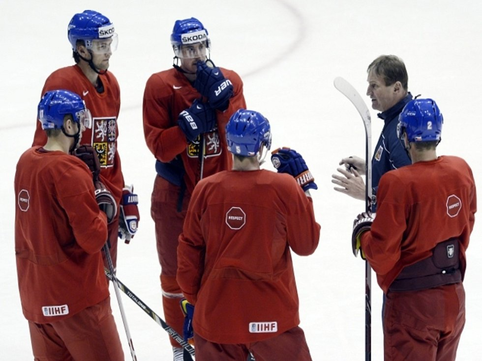 Trenér Alois Hadamczik (druhý zprava) vysvětluje hráčům taktiku. Zleva Radim Vrbata, Martin Hanzal, Tomáš Fleischmann, Ladislav Šmíd a Zbyněk Michálek.