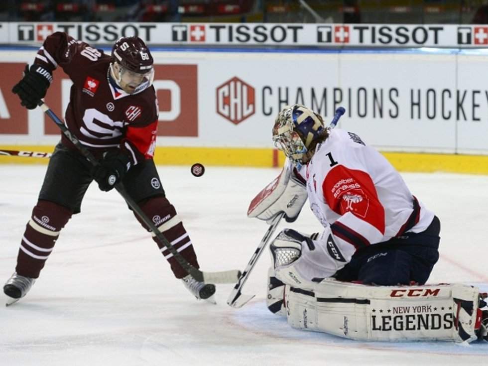 Tomáš Rolinek ze Sparty se snaží prosadit proti Linköpingu.