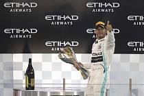 Pilot Mercedesu Lewis Hamilton po vítězství ve Velké ceně Abú Zabí