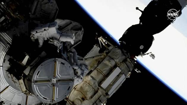 Američtí astronauti Anne McClainová a Nick Hague během pracovní směny vně orbitálního komplexu Mezinárodní vesmírné stanice (ISS)