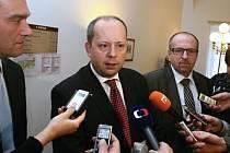 Poslanci ODS (zleva) Radim Fiala, Marek Šnajdr a Ivan Fuksa hovoří s novináři 30. října v Poslanecké sněmovně. Pracovní skupina strany se opět nedohodla na kompromisu ke spornému vládnímu daňovému balíčku.