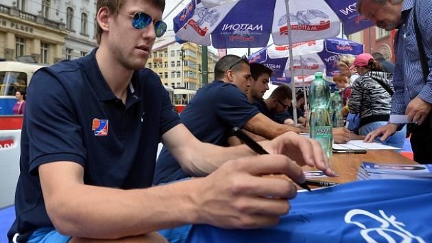 Den s basketbalem, který zorganizovala Česká basketbalová federace, se konal 28. června v Praze. Na snímku je český reprezentant Jan Veselý na autogramiádě.