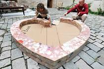 Autoři Lukáš Gavlovský (vlevo) a Roman Švejda instalují na nádvoří bývalého pivovaru na zámku v Litomyšli voskové srdce pro Václava Havla.