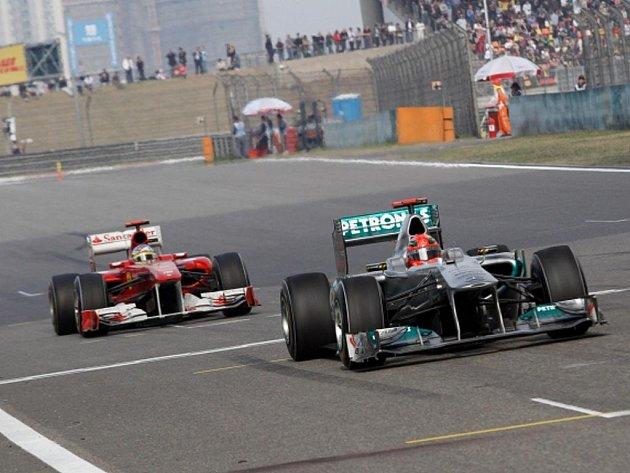 Michael Schumacher ve VC Číny před Fernandem Alonsem.
