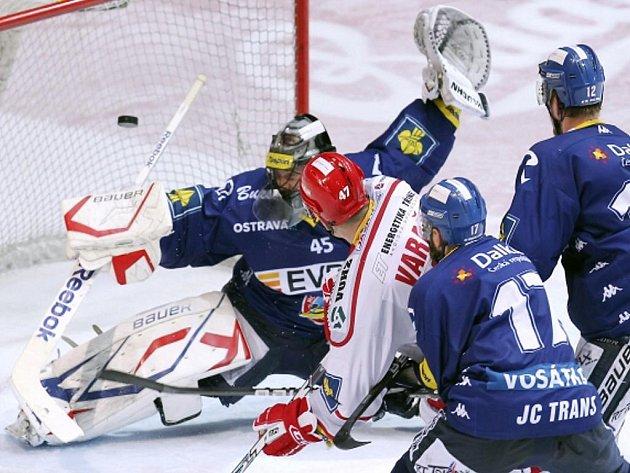 Václav Varaďa z Třince (v bílém) střílí vítězný gól zápasu proti Vítkovicím.