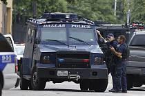 Policejní ředitelství a budova je obklopena vozidly zvláštní zásahové policejní jednotky SWAT.