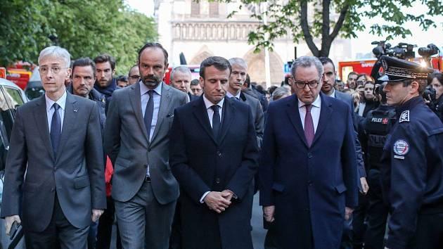 Francouzský prezident Emmanuel Macron před katedrálou Notre-Dame