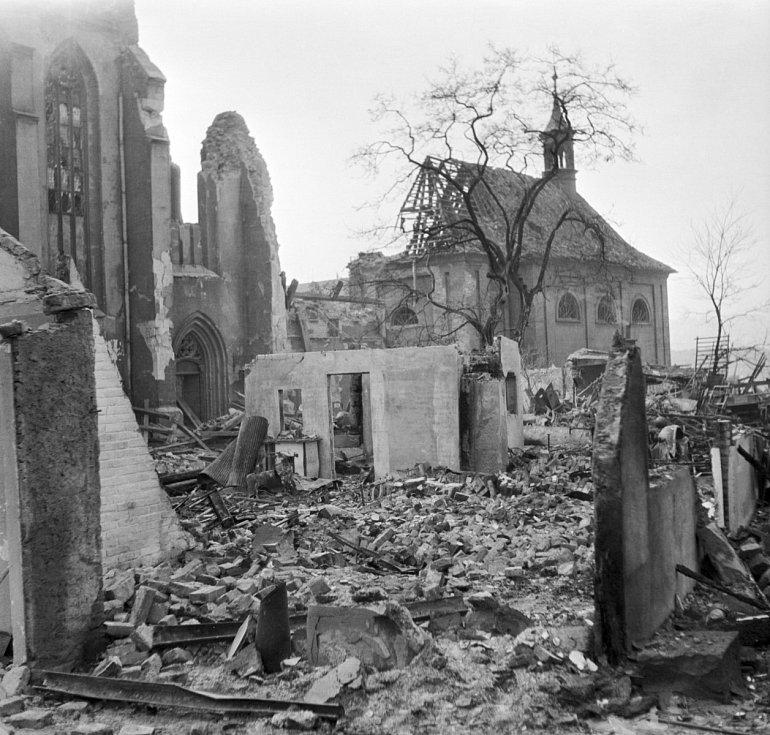 Symbolem nešťastného bombardování se stal zejména benediktinský Emauzský klášter Na Slovanech, jehož zničené novogotické věže nahradila v 50. letech betonová skořepinová křídla s pozlacenými hroty podle projektu architekta Františka Marii Černého