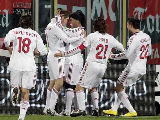 Ronaldinho (třetí zprava) se raduje z gólu svého spoluhráče Klaase Jana Huntelaara (druhý zleva) proti Fiorentině.