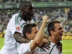 Domácí Grafité, Riether a Misimovič slaví branku v síti Stuttgartu. Wolfsburg zvítězil 2:0.