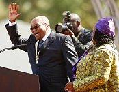 Jacob Zuma s jednou ze svých tří žen
