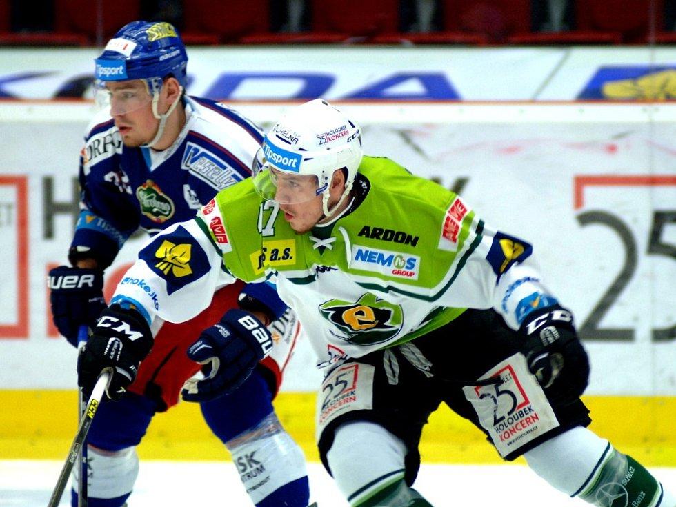 Hokejisté Brna (v modrém) proti Karlovým Varům.