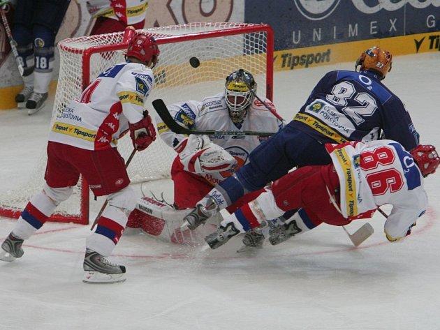 Útočník Lasselsbergeru Plzeň Tomáš Divíšek (v modrém) padá po zákroku budějovického Tomáše Mertla (vpravo) během úterního zápasu hokejového Tipsport Cupu, který se hrál v Plzni.