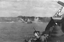 Japonský kamikaze havaruje přibližně 20 metrů od americké letadlové lodi u Kerama rettó, 2. dubna 1945